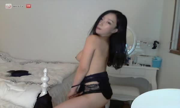 【ライブチャット】メチャ可愛い韓国美女のパクニマちゃんがポリスコス脱いでセクシー配信www