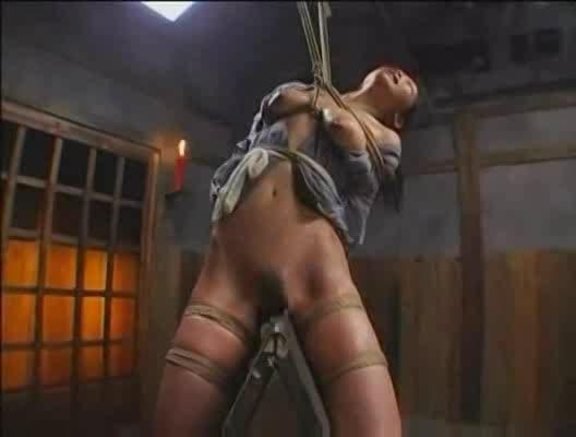 拷問部屋に監禁されたマゾ女…重石をつけた状態で三角木馬に乗せられ卑猥な喘ぎ声で鳴き続ける
